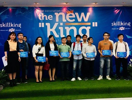 Bà Lê Thị Hồng Hạnh - đại diện Skillking Việt Nam trao sổ tiết kiệm trị giá 8 triệu đồng cho các sinh viên.